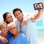 Familie macht ein Foto am Strand. Gespeichert auf Foto der Superlative