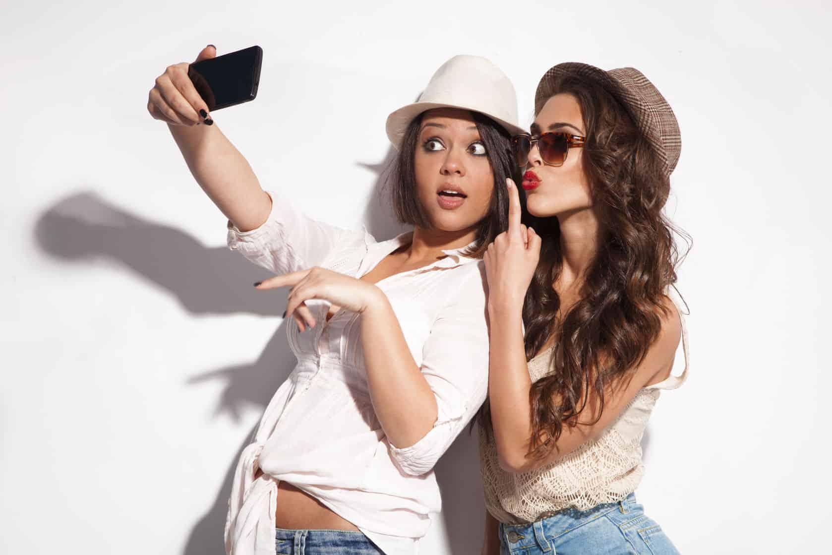 Zwei Frauen mit Smartphone
