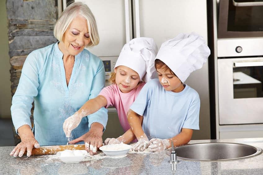 Kinder backen mit Großmutter